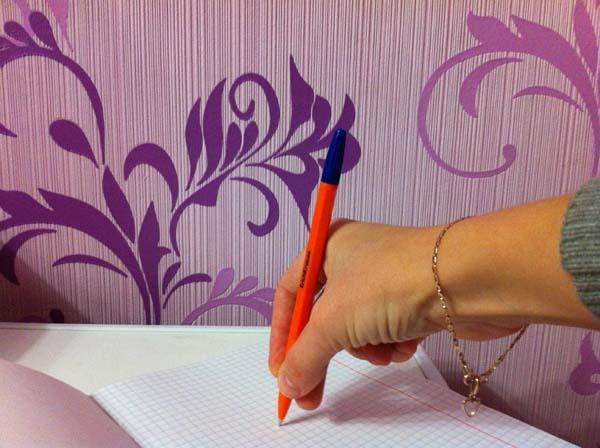как научится правильно держать ручку: спускаемся до низа ручки